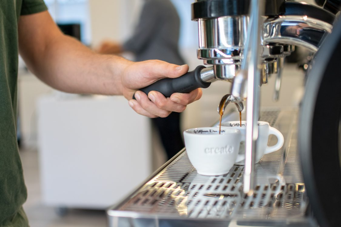 A barista is making an espresso extraction